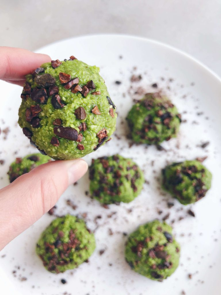Healthy Matcha Energy Balls! Made with simple, clean ingredients and great when you need a little energy boost! #healthytreat #healthysnack #matcharecipe | www.jillzguerin.com