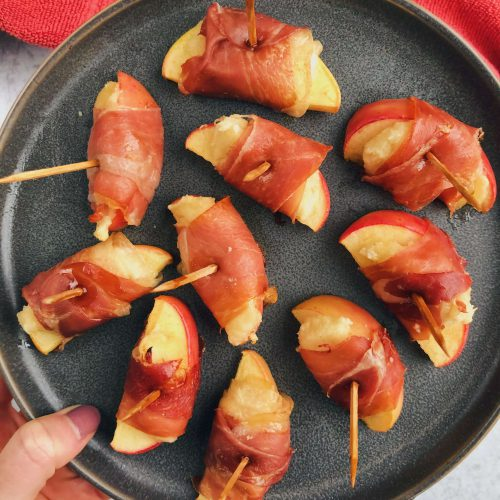 Baked Prosciutto Wrapped Apples: A fun and tasty, simple appetizer that's so perfect for parties! #healthyappetizer #dairyfreeappetizer | www.jillzguerin.com