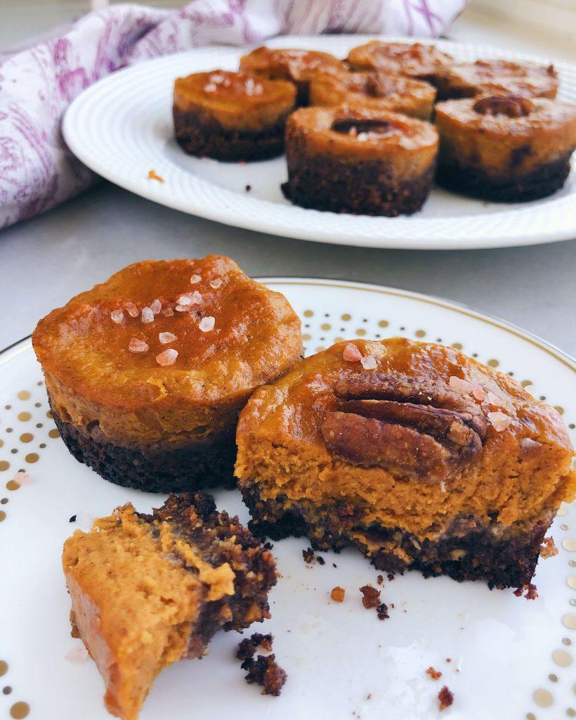 Mini Pumpkin Pies: The perfect mini dessert for the holidays! #healthypie #healthyholidays | www.jillzguerin.com