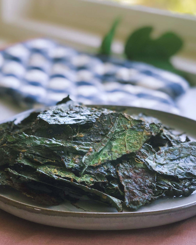 Spicy Kale Chips: Kale chips are an incredibly healthy snack and a nutritional rockstar. And they're delicious, too! #healthysnack #healthyfood | www.jillzguerin.com